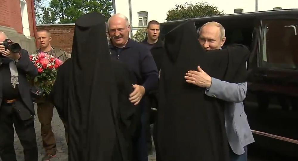 Video: Putin a Lukašenko odešli do kláštera na ruském ostrově Valaam.  Byli přivítáni  růžemi