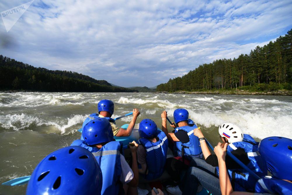 Turisté se splavují po řece Katuň v Čemalské oblasti Altajské republiky, Rusko