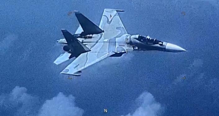 Objevilo se video, na kterém venezuelská stíhačka na svém vlastní území doprovází stíhací letoun USA