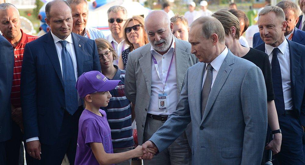 Vladimir Putin vysvětluje školákovi příčiny propadu rublu