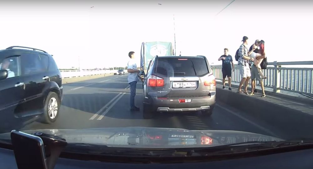 V ruském Saratově řidiči  násilně sundali dívku ze zábradlí mostu přes Volhu