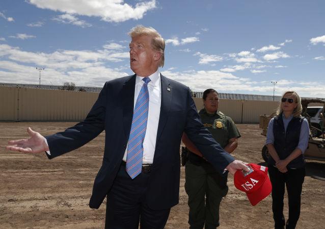Prezident Donald Trump u nového úseku zdi na hranici s Mexikem