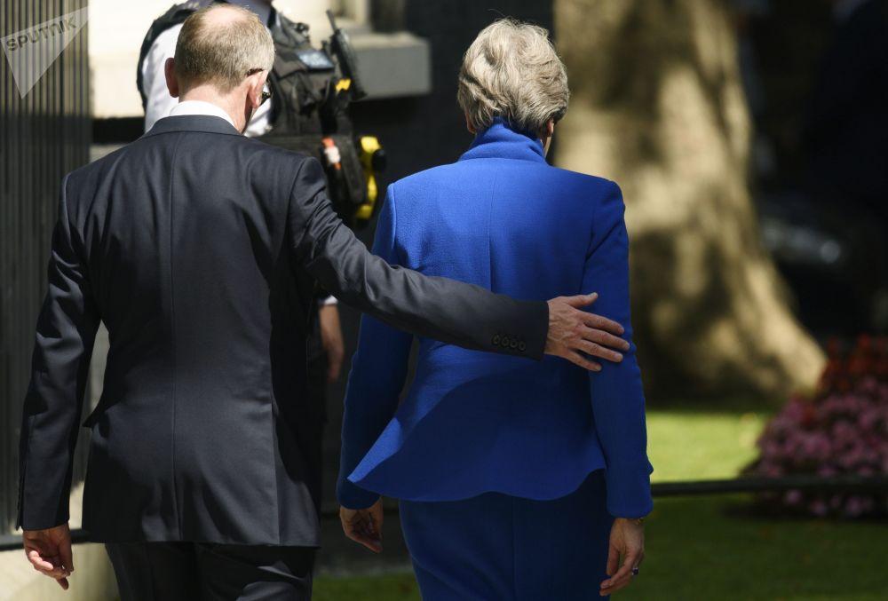 Bývalá premiérka Theresa Mayová opouští rezidenci Downing Street 10 po své rezignaci.