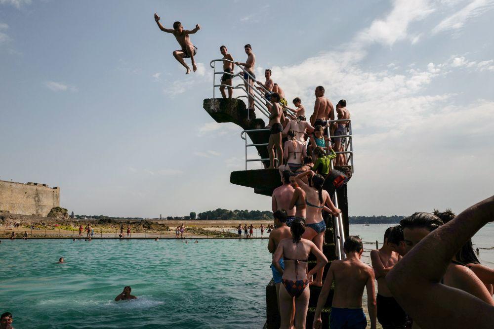 Fronta na skokanský můstek u bazénu v Saint-Malo ve francouzské Bretani.