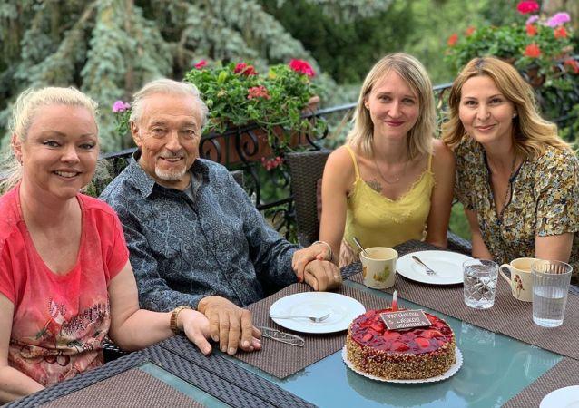 Český zpěvak Karel Gott s rodinou