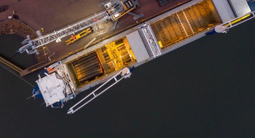 Nakládka potrubí pro dopravu v přístavu Kotka