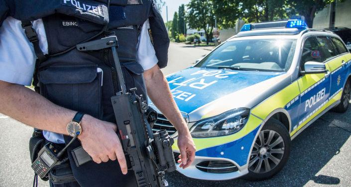 Německý policista se zbraní. Ilustrační foto