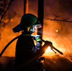 Hasič hasí lesní požár v Ciltendorfu vedle Frankfurtu nad Odrou, severovýchodní Německo, vedle hranice s Polskem