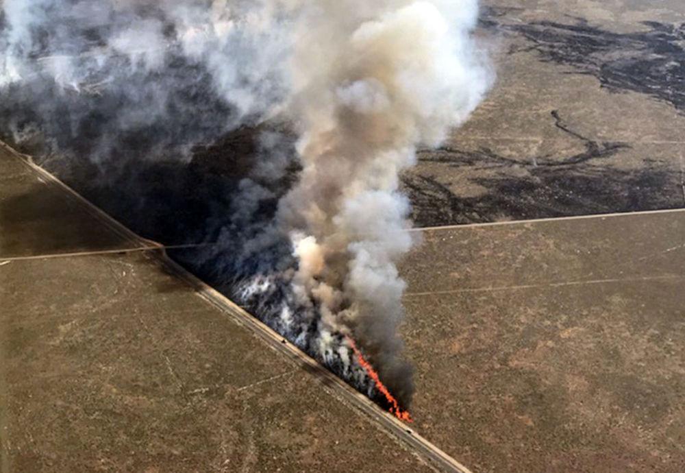 Hořící pole v státě Idaho, USA.