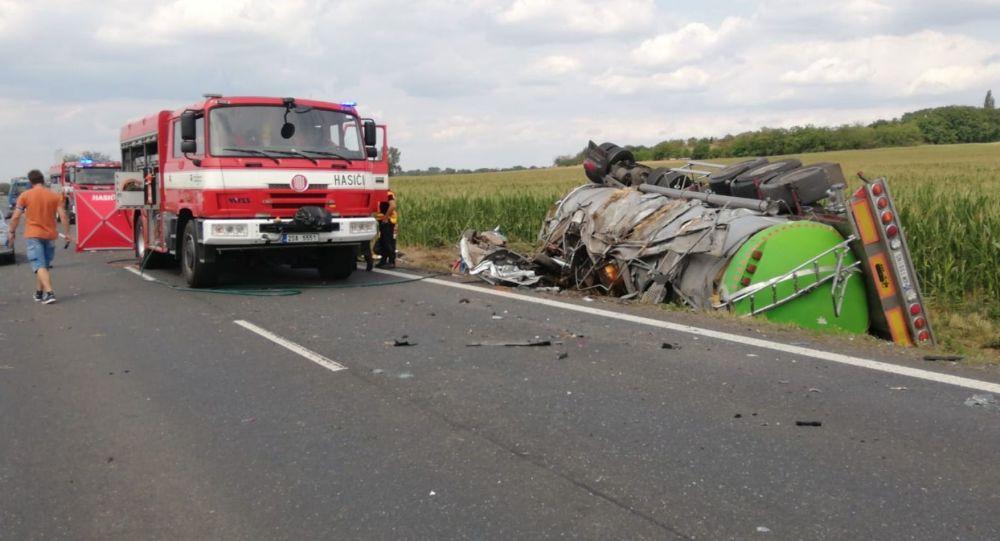 Tragická nehoda na Kutnohorsku si vyžádala životy tří lidí. Dvě osobní auta se srazily s kamionem