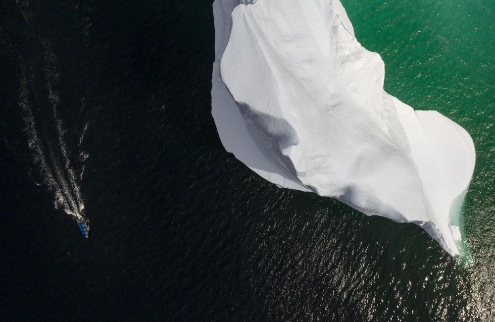 Rybářský člun u ledovce v Bonavista Bay, Newfoundland, Kanada