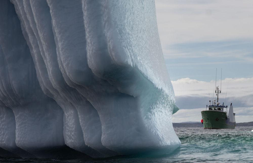 Loď poblíž ledovce v Bonavista Bay v Newfoundlandu v Kanadě