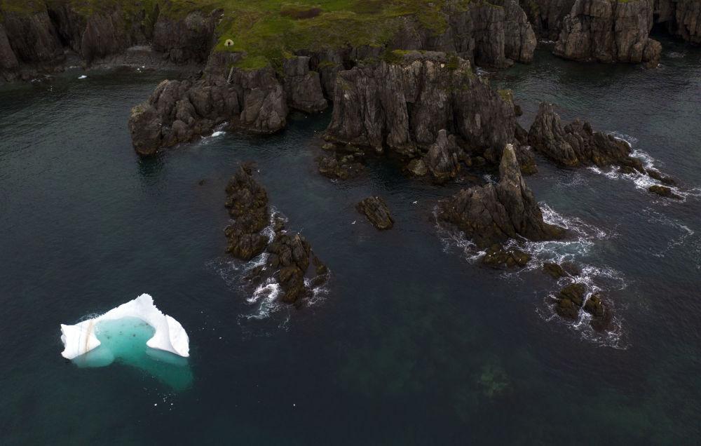 Ledovec v Bonavista Bay, Newfoundland, Kanada