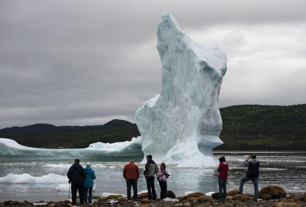 Turisté poblíž ledovce v Newfoundlandu