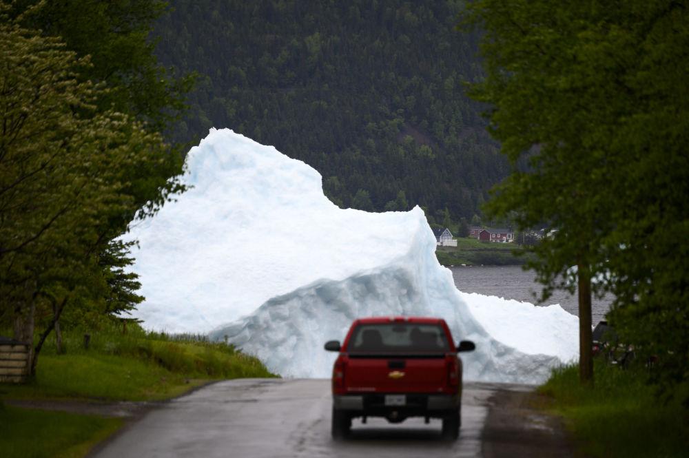 Auto poblíž ledovce v kanadském Newfoundlandu