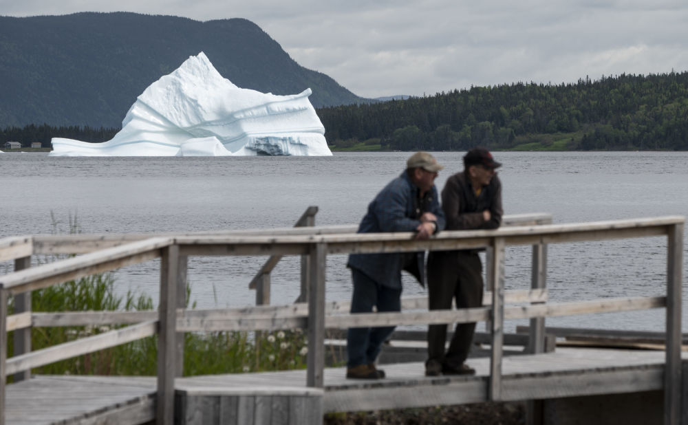 Ledovec poblíž Kings Point, Newfoundland, Kanada