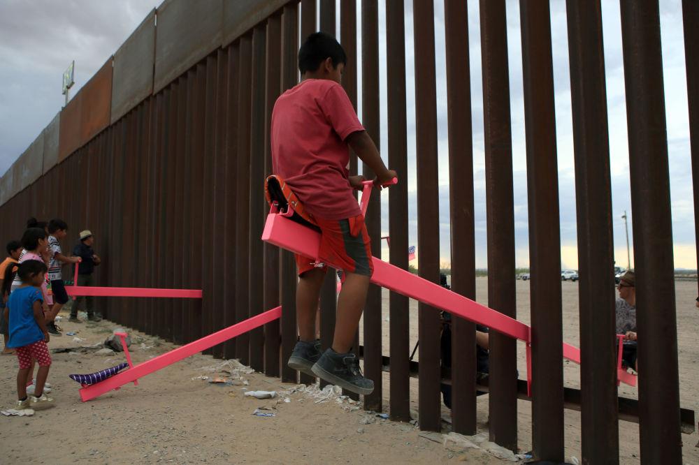 Dětská houpačka na hranici Mexika a Spojených států v oblasti Anapra, Ciudad Juárez.