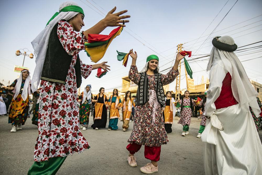 Syrští Kurdové na pouličním festivalu ve městě Rumaylan v severovýchodní provincii Sýrie, Al-Hasaka.