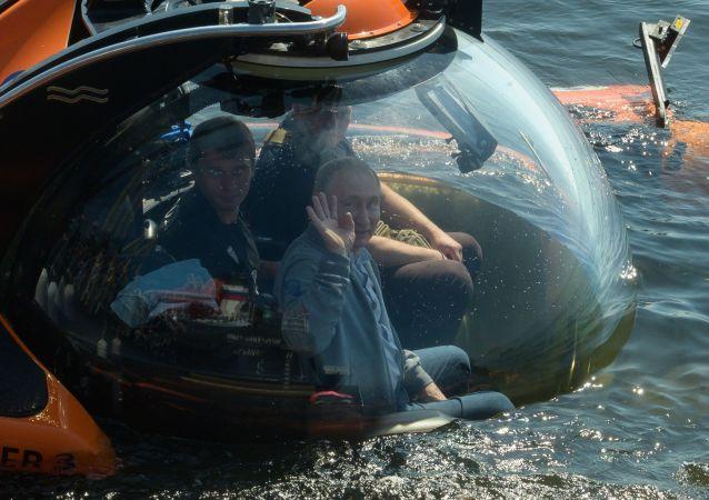 Vladimir Putin před ponořením v batyskafu ve Finském zálivu 27. července 2019