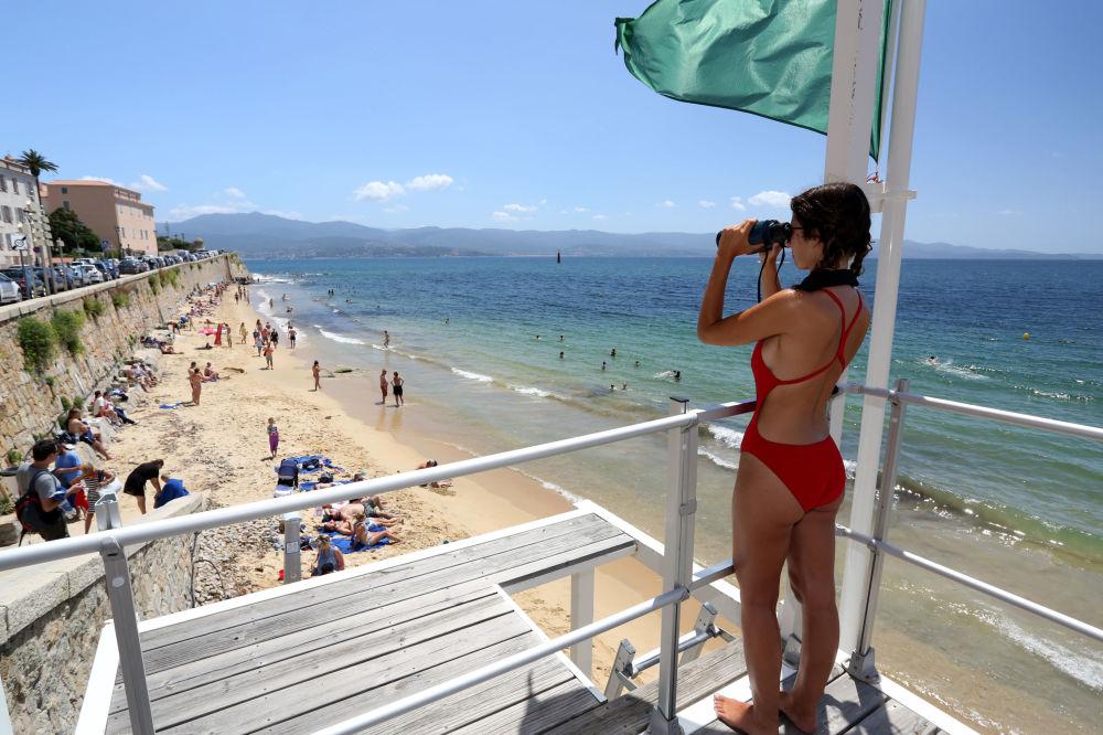 Plavčík na rozhledně na pláži Ajaccio na Korsice.