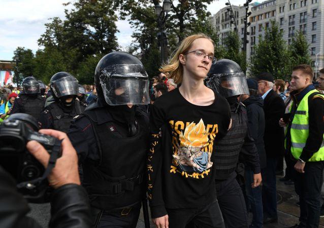 Ruská policie zadržuje účastníka nepovolené demonstrace v Moskvě dne 3. srpna 2019