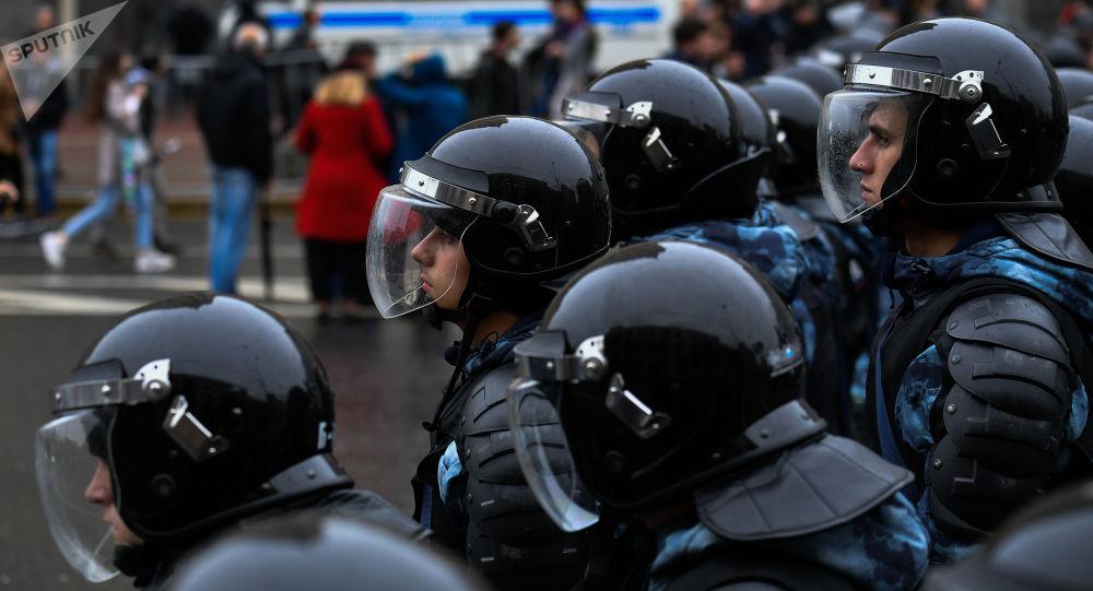 Policie zadržela 136 osob, které se po povolené akci v centru Moskvy zúčastnily nepovoleného pochodu
