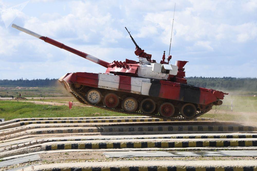 Tank T-80  ruské armády překonává překážku v závodu mezi ženskými posádky v tankovém biatlonu v parku Patriot, Rusko.