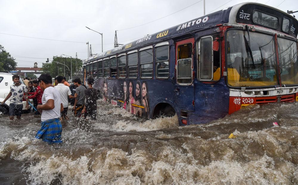 Autobus na zatopené ulici po silných deštích v Bombaji.