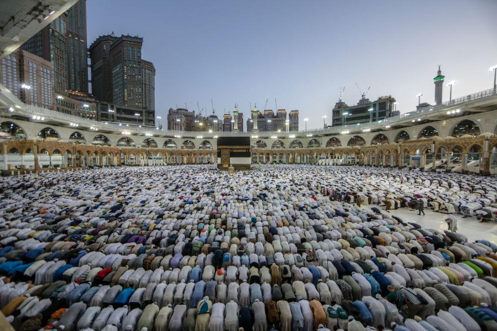 Muslimští poutníci u svatyně Kaaba na nádvoří mešity Masjid al-Haram v Mekce.