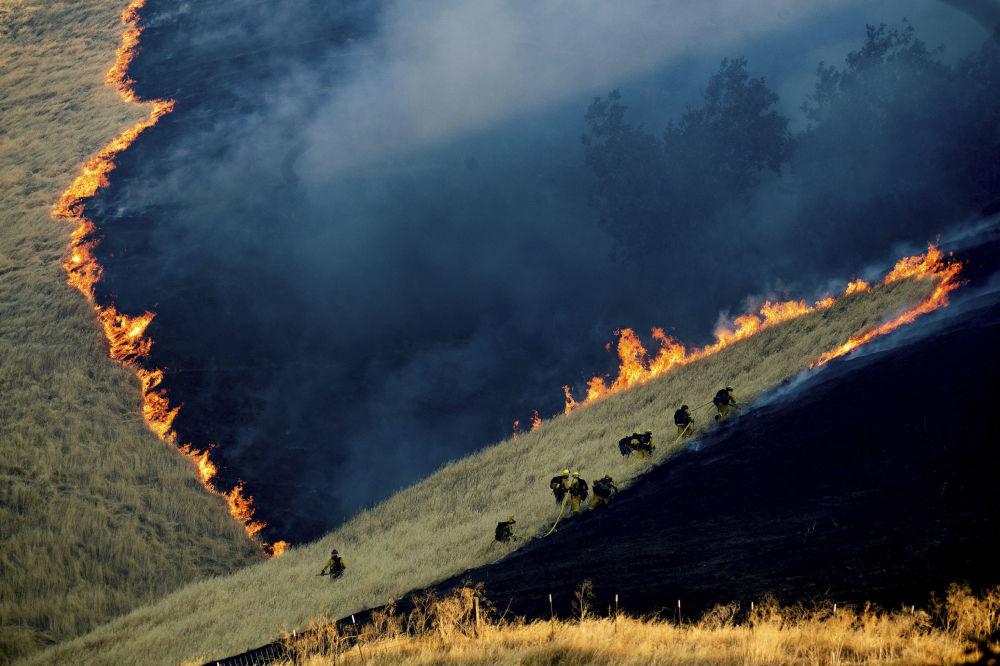 Hasiči hasí oheň poblíž Brentwoodu v Contra Costa County, Kalifornie, USA.