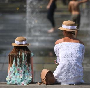 Občané u fontány. Ilustrační foto