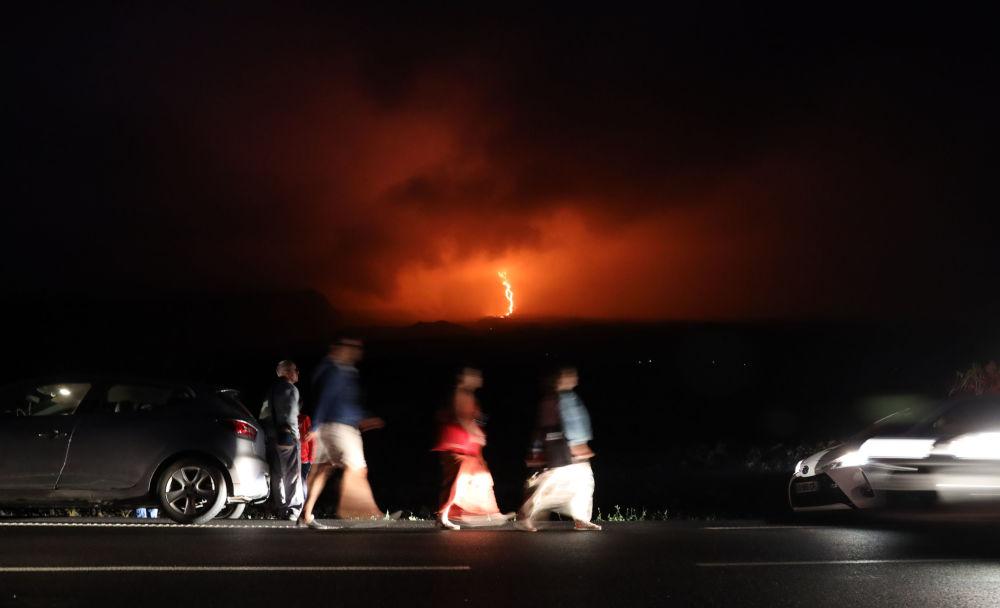 Lidé sledují erupci sopky Piton de la Fournaise na francouzském ostrově Réunion (dne 13. srpna 2019).