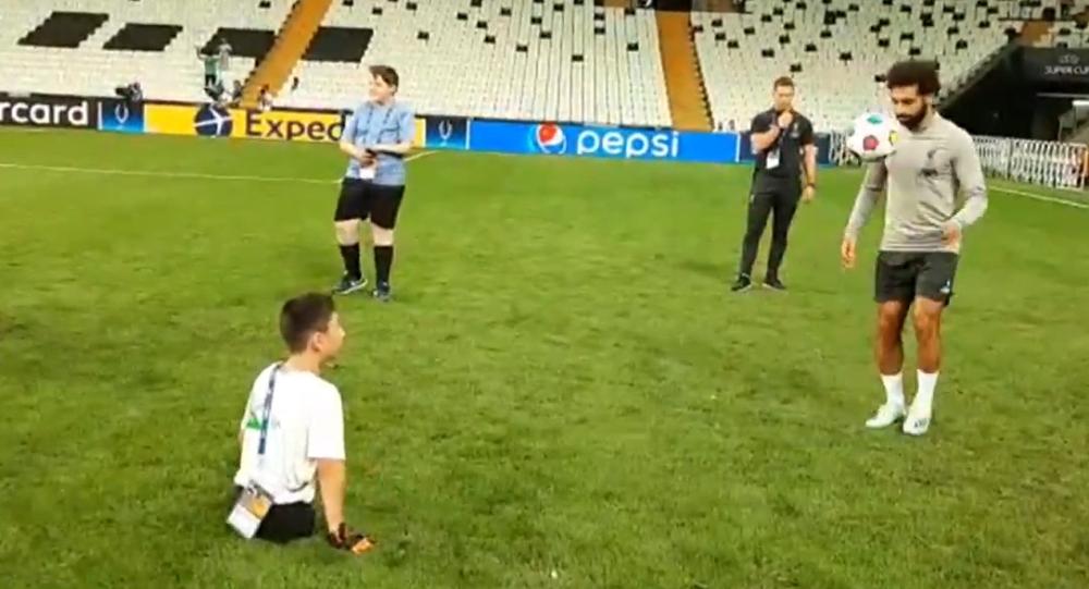 Video: Chlapec, který se narodil bez nohou, se před zápasem o Superpohár UEFA 2019 zúčastnil tréninku s Mohamedem Salahem