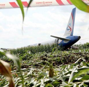 Následky nouzového přistání Airbusu A321 nedaleko moskevského letiště Žukovskij.
