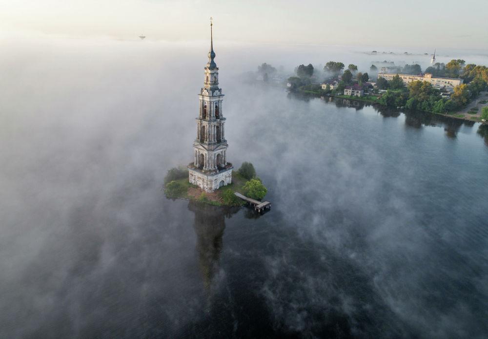 Zatopená zvonice Nikolského chrámu ve městě Kaljazin, Tverská oblast.
