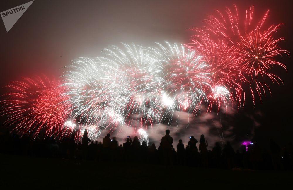 Festival se konal v Bratějevském parku v Moskvě Pyrotechnické představení předvedlo osm týmů z Asie, Evropy a Severní Ameriky