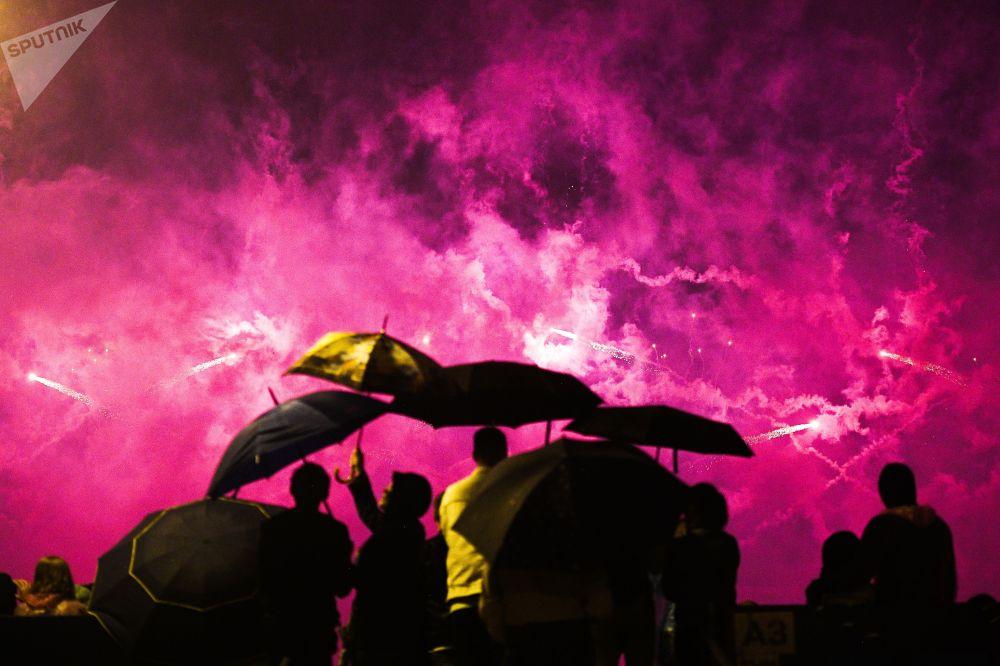 Zatažená obloha a dešťové kapky pravidelně padající z nebe nezabránily hostům užít si představení.