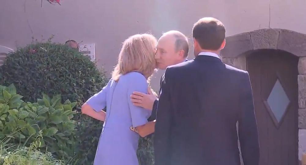 Video: Navzdory zranění Brigitte Macronová přivítala ruského prezidenta Vladimira Putina, od kterého dostala květiny