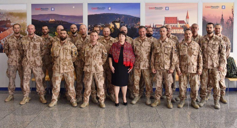 První dáma České republiky Ivan Zemanová s českými vojáky