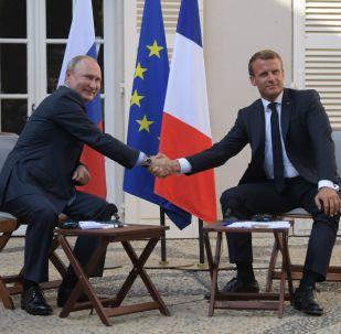 Schůzka francouzského prezident Emmanuela Macrona s ruským protějškem Vladimirem Putinem