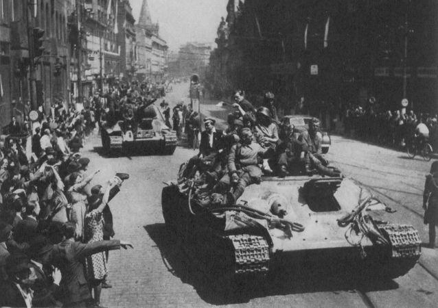 Obyvatelé Prahy vítají Rudou armádu na Václavském náměstí