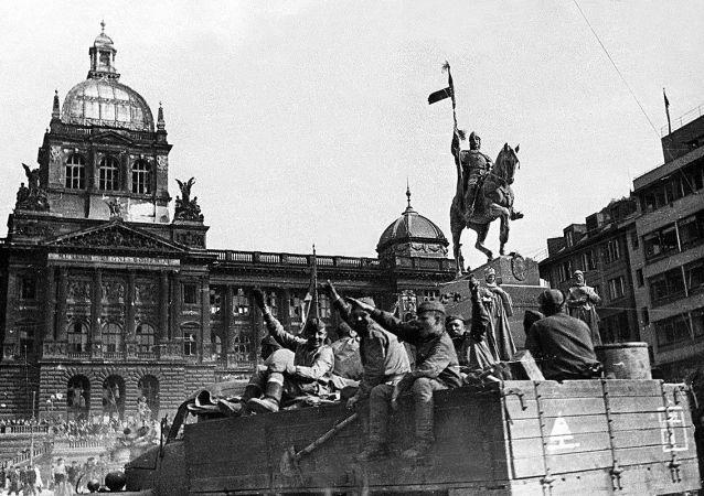 Vojáci 1. ukrajinské fronty zdraví obyvatele Prahy na Václavském náměstí