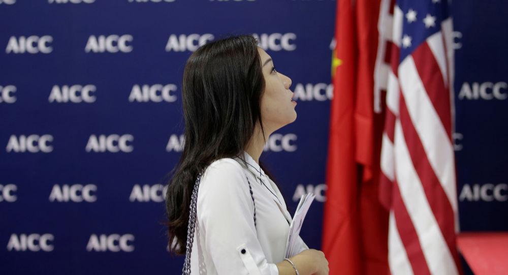 Žena vedle americké a čínské vlajky