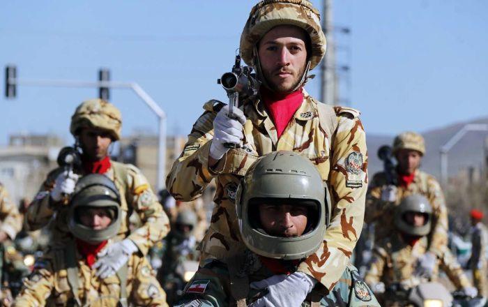Íránští vojáci během oslav Dne Armády Islámské republiky Írán