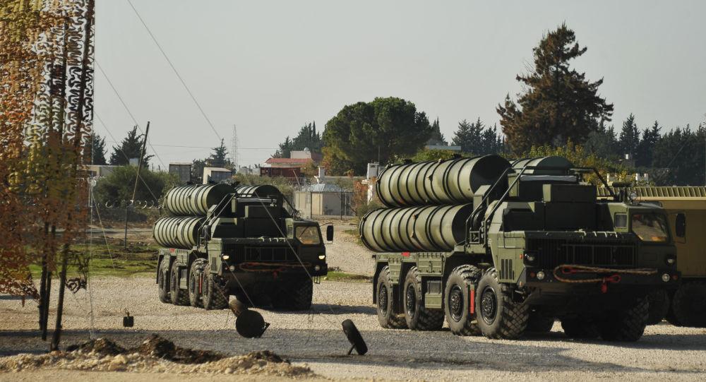 Transportní letoun s ruskými protiletadlovými raketovými komplexy S-400 přistává na turecké letecké základně