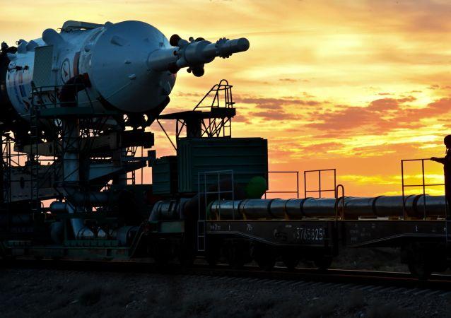 Příprava k vypuštění nosné rakety Sojuz-FG na Kosmodromu Bajkonur.