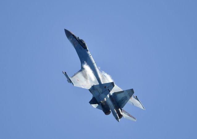 Su-35 v Moskvě