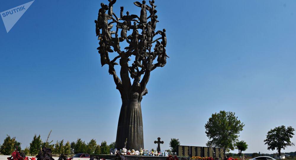 Květiny u pomníku obětem teroristického útoku v Beslanu.