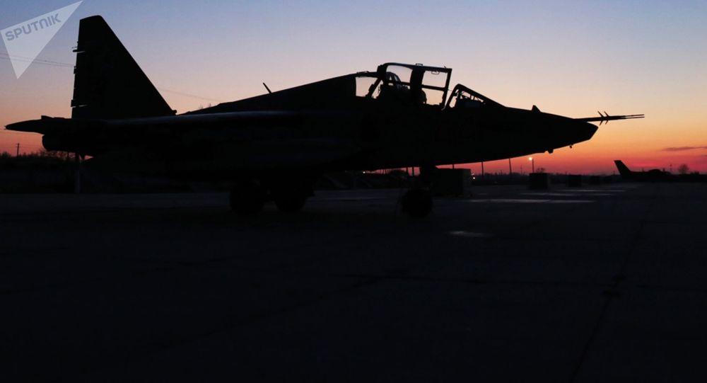 Tyto úchvatné záběry ukazují, jak stíhačka Su-25 přistála v poli