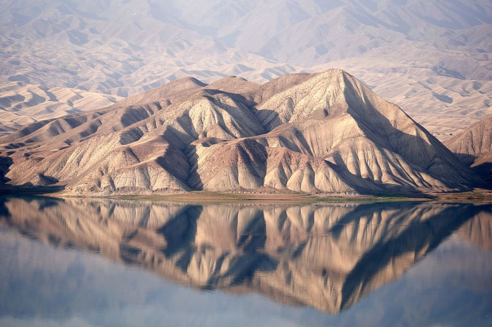 Hory se odrážejí ve vodě